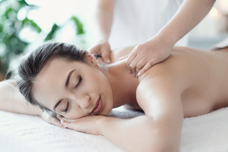 femme recevant un massage du dos
